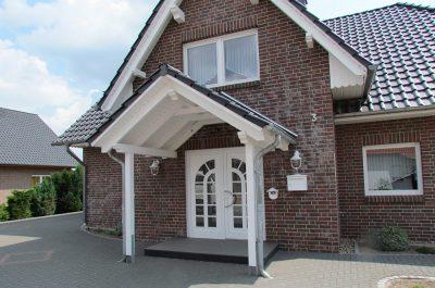 Weißes Eingangsdach gebaut von Thorsten Stielau aus Wolfsburg
